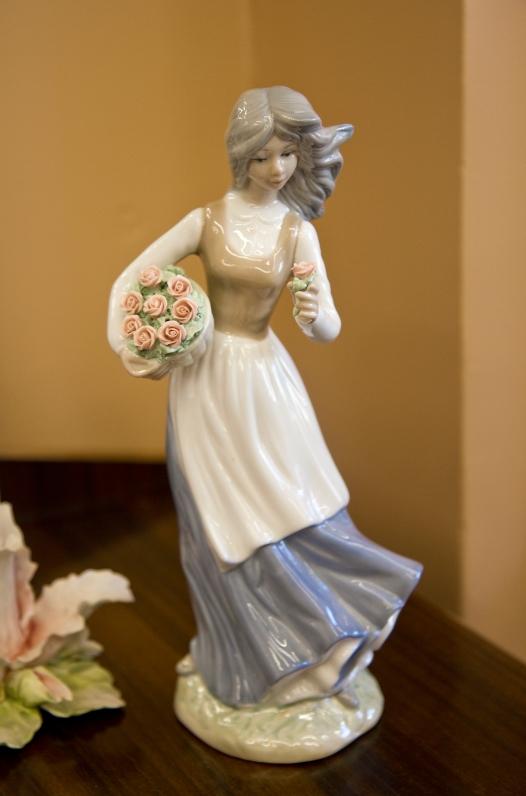 Vintage Roumano porcelaine figurine of girl gathering flowers. Spain