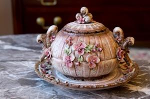Capodimonte Dei Visconti Mollica covered bowl and plate set